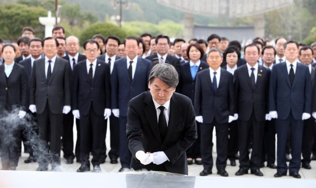 Rep. Ahn Cheol-soo, coleader of the minority opposition People's Party, pays respects at the May 18 Memorial Cemetery on Sunday during a post-election visit to Gwangju. Yonhap