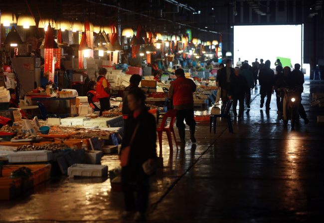 Merchants continue their business at the old Noryangjun Market in Seoul on April 4. (Yonhap)