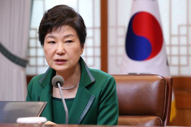President Park Geun-hye speaks during a meeting with senior secretaries at Cheong Wa Dae on Monday. (Yonhap)