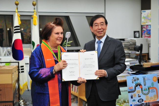 Suzy Menkes (left) is named an honorary citizen Monday by Seoul Mayor Park Won-soon. (Yonhap)