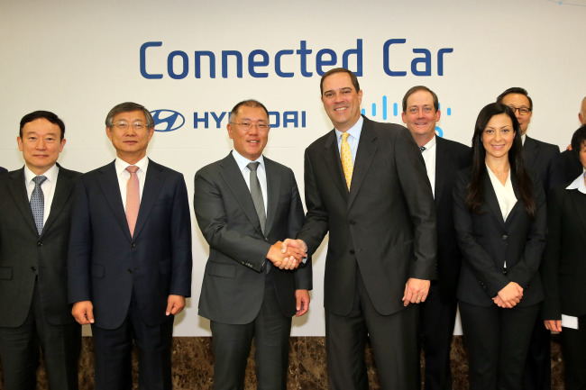 Hyundai Motor vice chairman Chung Eui-sun (third from left) and Cisco Systems CEO Chuck Robbins (fourth from left) pose after a meeting at the carmaker's headquarters in Seoul on Tuesday. (Hyundai Motor)
