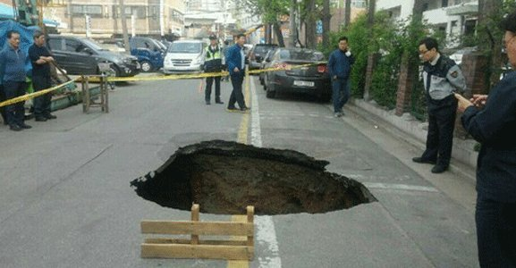 A sinkhole that opened up at an apartment complex in Sindorim-dong, Guro-gu, last year. (Yonhap)