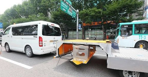 The special vehicle equipped with Ground Penetration Radar gears. (Yonhap)