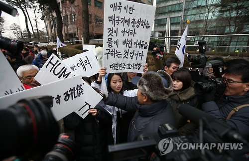 Members of the Korea Parent Federation collide with activists participating in a regular rally held in front of the comfort women statue in Seoul on Jan. 6. (Yonhap)