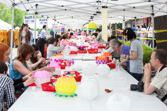 Foreign participants make lotus lanterns at a craft booth. (Yeon Deung Hoe Preservation Committee)