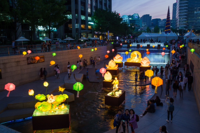 Traditional lantern exhibition at Cheonggyecheon stream (Yeon Deung Hoe Preservation Committee)