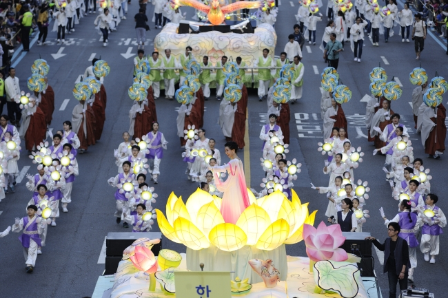 Lotus lantern parade features children and Seonnyeo, Taoist fairy, standing in the middle of a giant lotus. (Yeon Deung Hoe Preservation Committee)