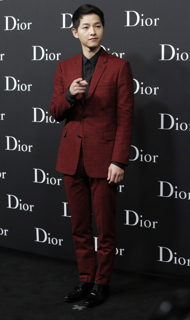 Song Joong-ki attends the Dior Homme 2016-2017 winter collection fashion show in Hong Kong on April 22. (AP-Yonhap)