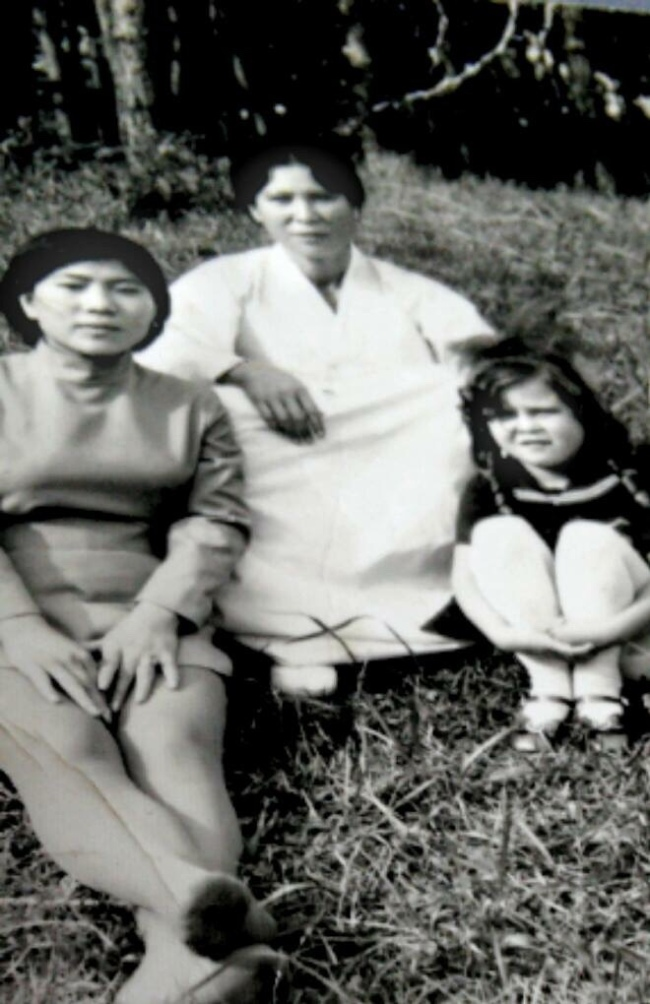 Young Jang Yeon-hee (far right) and her mother Jang Boon-soon (center) (Jang Yeon-hee)