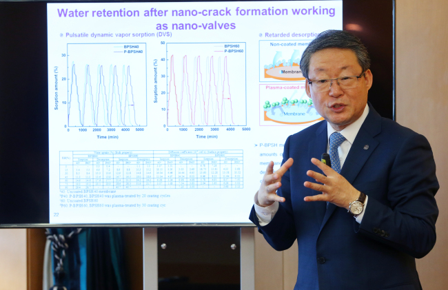 Hanyang University president Lee Young-moo announces the results of his research at the college in Seoul on Thursday. (Yonhap)