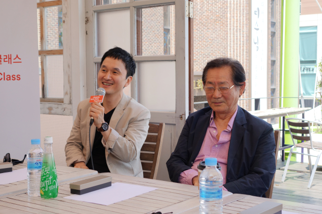 Actors Jang Hyun-sung (left) and Jeon Moo-song talk with the audience in Jeonju, North Jeolla Province on Friday. (Rumy Doo/The Korea Herald)