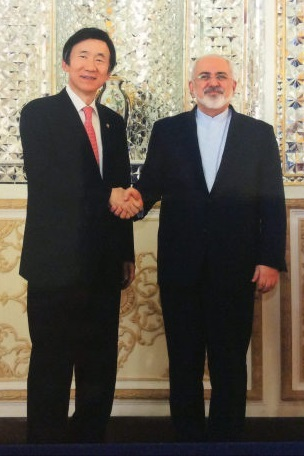 South Korean Foreign Minister Yun Byung-se (left) shakes hands with Iranian counterpart Mohammad Javad Zarif, during talks in Tehran on Nov. 7, 2015. (Yonhap)
