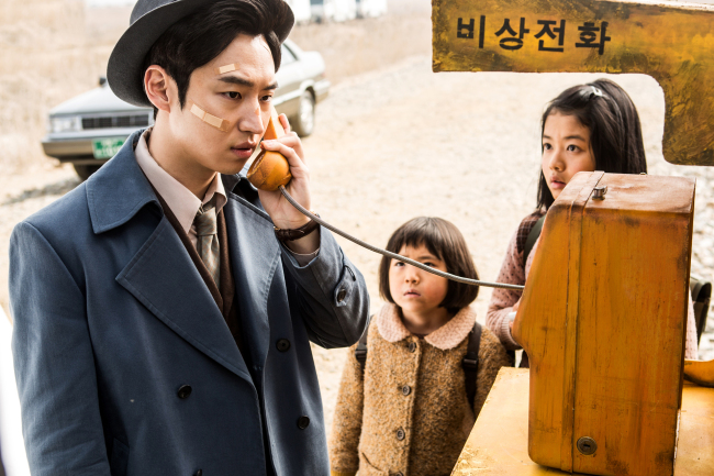 """Hong Gil-dong (left), played by Lee Je-hoon, makes a phone call in """"Phantom Detective."""" (CJ E&M)"""