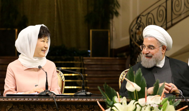 South Korean President Park Geun-hye and her Iranian counterpart Hassan Rouhani hold a joint news conference after their summit talks at Iran's presidential palace in Tehran on Monday. Yonhap