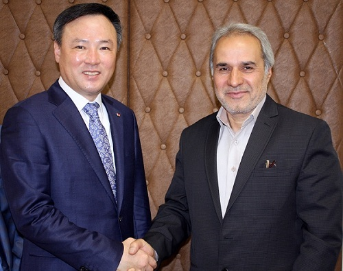 SK Telecom CEO Jang Dong-hyun (left) and Iran's Deputy Energy Minister Houshang Falahatian shake hands after signing a memorandum of understanding in Tehran on Monday. (SK Telecom)