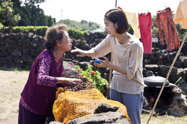 """Grandmother Gye-choon (left), played by Youn Yuh-jung, and her granddaughter Hye-ji, played by Kim Go-eun, in """"Canola"""" (Contents Nandakinda)"""