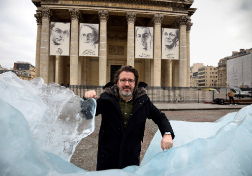 """Danish-Icelandic artist Olafur Eliasson poses beside his art installation """"Ice Watch"""" made with parts of Greenland's ice cap, on display in front of the Pantheon in Paris in 2015. (AFP-Yonhap)"""