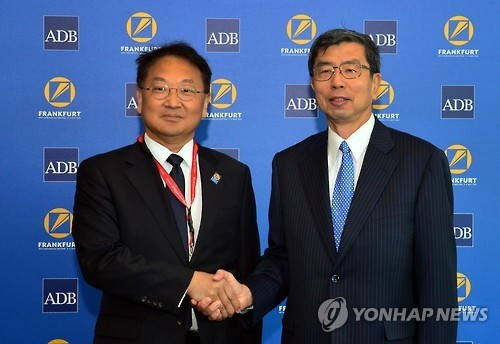 Korean Finance Minister Yoo Il-ho (left) and Asian Development Bank President Takehiko Nakao pose for a photo during their meeting in Frankfurt on May 2, 2016. (Yonhap)