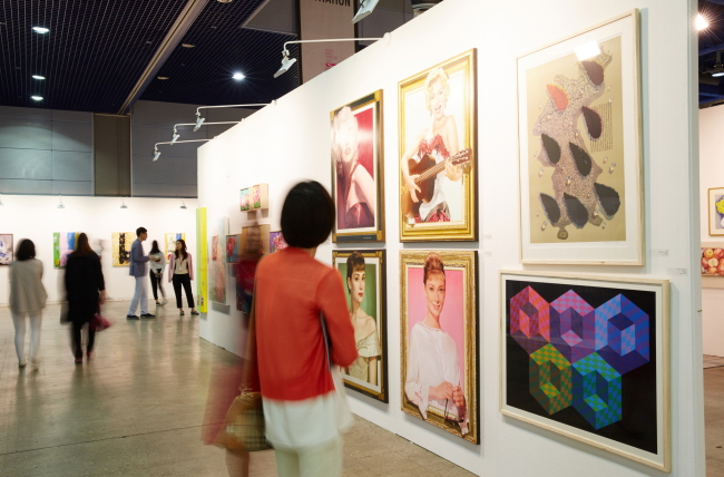 Visitors view artworks at the Seoul Open Art Fair in May 2015. (Seoul Open Art Fair)