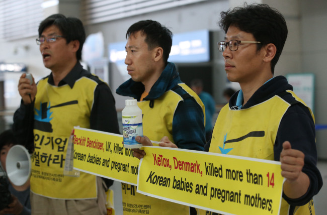 Kim Deok-jong (right) holds a press conference at Incheon International Airport on Wednesday before leaving for the U.K. to stage a protest at Reckitt Benckiser's headquarters. (Yonhap)