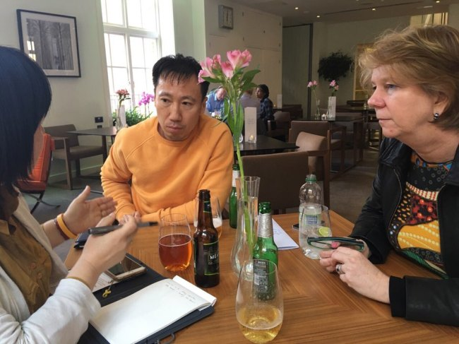 Kim Deok-jong (center), whose 5-year-old son died in 2009 after battling a respiratory disease by using Oxy's humidifier sterilizer, talks with an official from Reckitt Benckiser headquarters (right) in London on Wednesday local time. (Asian Citizen's Center for Environment and Health)