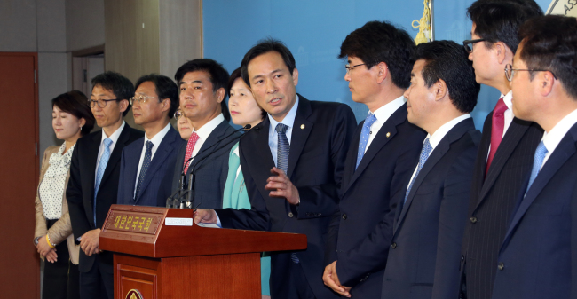 The Minjoo Party of Korea's new floor leader Rep. Woo Sang-ho (center) introduces his team at the National Assembly on Sunday. (Yonhap)