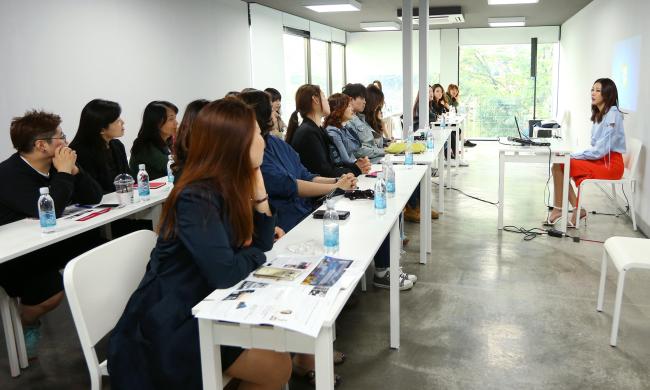 Fashion model Han Hye-jin teaches a class at the Platform Changdong 61. (Yonhap)