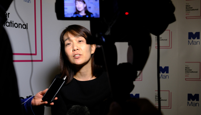 2016 Man Booker International prize for fiction winner Han Kang speaks to the media after the award ceremony in London, Monday. (AFP-Yonhap)