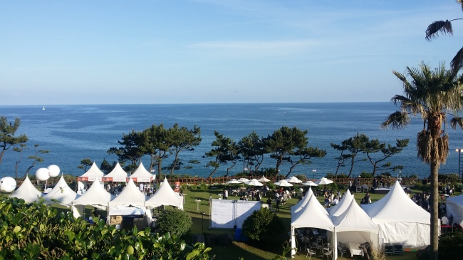 Tents are set up at the Hyatt Regency Jeju`s Cliff Garden for the Bounty of Jeju program at the Jeju Food & Wine Festival on May 12. (Kim Hoo-ran/ The Korea Herald)
