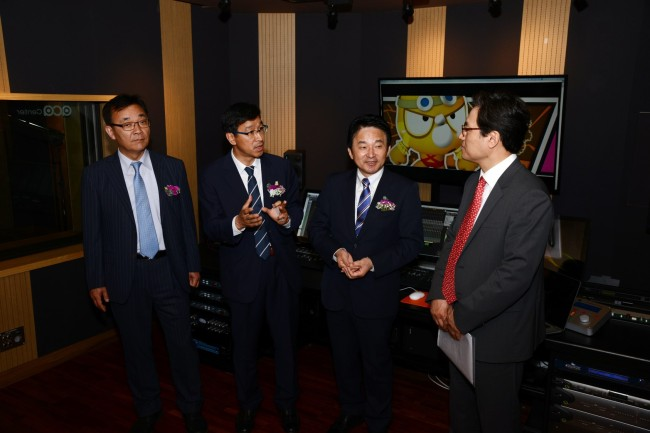 (From left) Kim Yong-soo, director from the ICT Ministry, Wi Seong-gon, lawmaker from Seogwipo, and Jejudo Island Gov. Won Hee-ryong look around the Asia CGI Animation Center, a support center for the Korean animation industry, in Seogwipo, Jejudo Island on Thursday.(ICT Ministry)