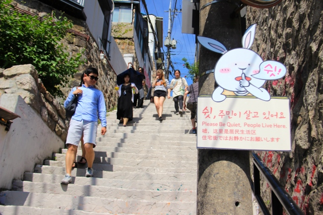 A view of the once mosaic flowers outdoor stairwell that has been painted over by disgruntled Ihwa Mural Village residents. (Julie Jackson/The Korea Herald)