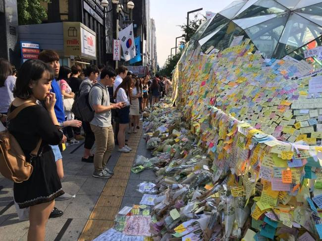 A makeshift memorial outside exit 10 of Gangnam Station (Ock Hyun-ju/The Korea Herald)