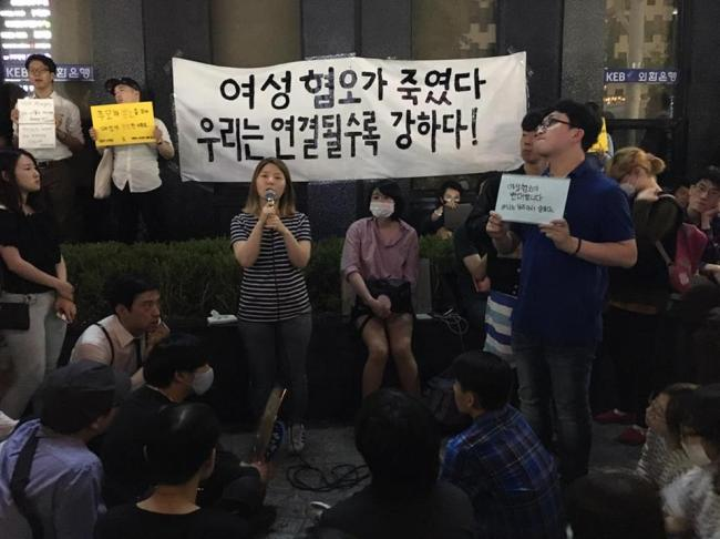 A woman shares her stories of living in fear as a girl in Korean soceity outside exit 10 of Gangnam Station on Sunday. (Ock Hyun-ju/The Korea Herald)