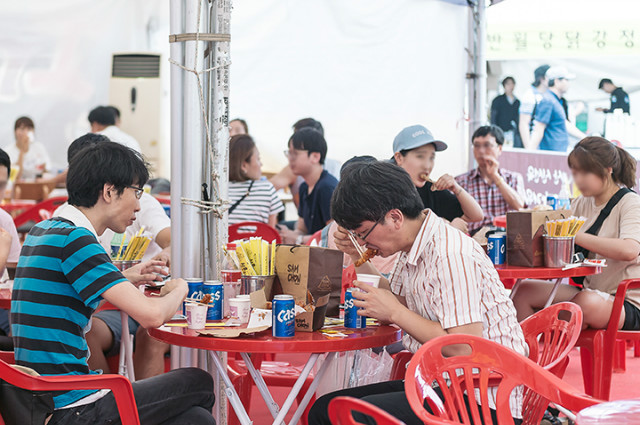 Scene from last year's annual Daegu Chicken and Beer Festival, which attracted nearly one million visitor to the Duryu Par in Daegu last July. (Daegu Chicken and Beer Festival)