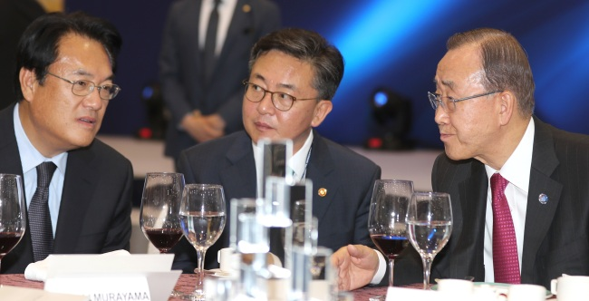 U.N. Secretary-General Ban Ki-moon (right)chats with Unification Minister Hong Yong-pyo (center) and Saenuri Party floor leader Rep. Chung Jin-suk at an event held at the Jeju Forum on Jejudo Island on Wednesday. (Yonhap)