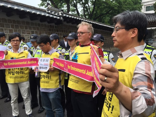 Andrew Jenson (second from right) protests with toxic humidifier disinfectant victims and a civic group in front of the British Embassy in Junggu, Seoul, Thursday. Kim Da-sol/The Korea Herald