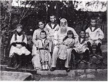 Shaw's family, with the boy Shaw standing between his parents (1890) (The Independence Hall of Korea)