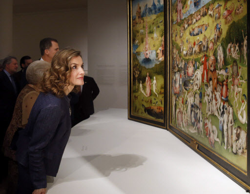 Spanish Queen Letizia looks at a painting at the opening of an exhibition marking the 500th anniversary of the death of the Dutch artist Hieronymus Bosch at El Prado Museum in Madrid, Spain, Monday. (EPA-Yonhap)
