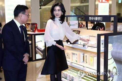 Hotel Shilla president and CEO Lee Boo-jin looks around Shilla I'Park Duty Free store in Yongsan during the shop's opening on March 25. (Yonhap)
