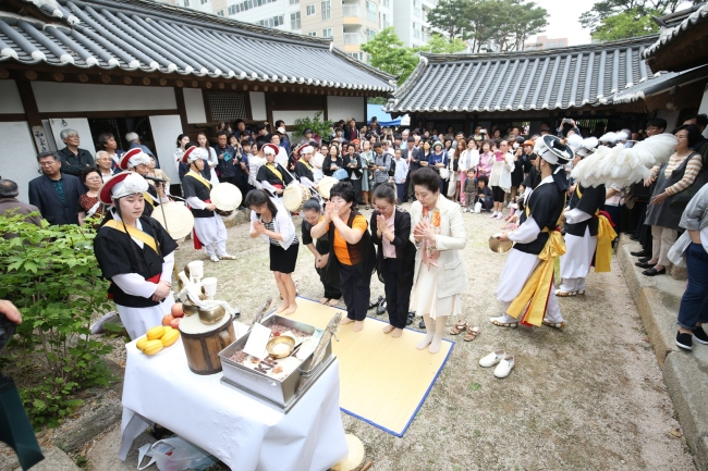 Shamans and a Korean traditional percussion band celebrate the opening of the Shamanism Museum in Eunpyeong-gu in northwestern Seoul on May 25. Eunpyeong-gu Office