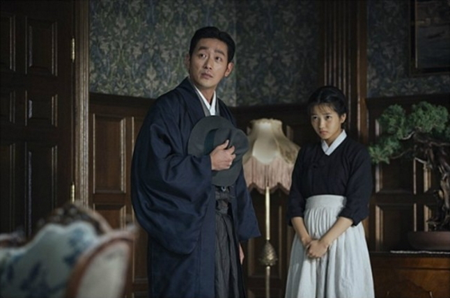 "Ha Jung-woo (left) and Kim Tae-ri star in ""The Handmaiden."" (CJ E&M)"