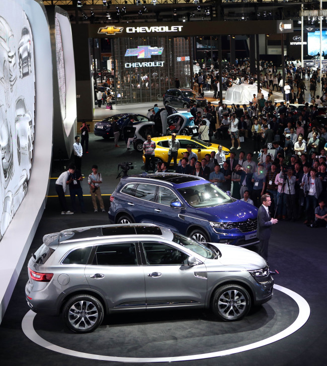 Visitors and the press look at the SUVs of Renault Samsung presented at the 2016 Busan Motor Show, which runs from June 3 to 12 at BEXCO, Busan. (Yonhap)