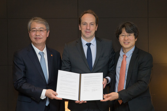 (From left) Yim Jong-yong, chairman of the Financial Services Commission, French Ambassador Fabien Penone and Jung Yoo-shin, chairman of the Korean Fintech Center and professor at Sogang University, pose at a seminar on financial technology at the InterContinental Seoul Coex on May 30. (Financial Services Commission)