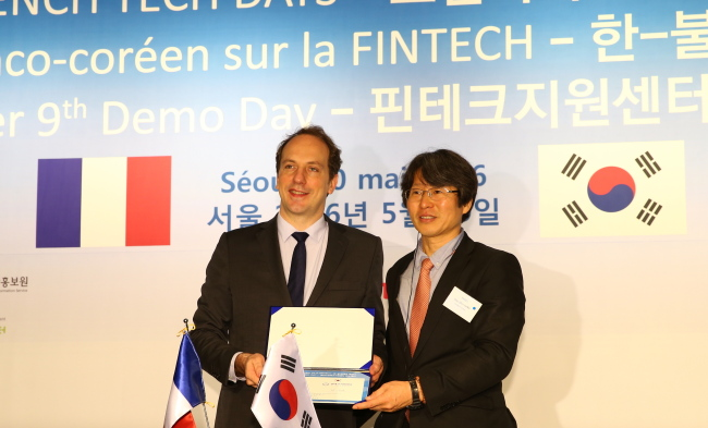 French Ambassador Fabien Penone (left) and Jung Yoo-shin, chairman of the Korean Fintech Center and professor at Sogang University (Financial Services Commission)