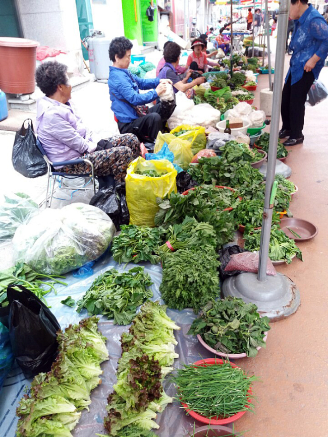 Sellers dsplay their vegetables at Yangyang traditional market. (Christine Cho)