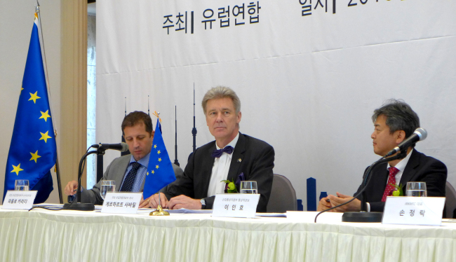"""European Union Ambassador Gerhard Sabathil (center) speaks beside Korea's Deputy Minister of Trade, Industry and Energy Lee In-ho (right) and Paolo Caridi the head of the EU's trade section, at the launch ceremony of """"EU Gateway to Korea"""" at the Korea Press Center on Wednesday. (Joel Lee/The Korea Herald)"""