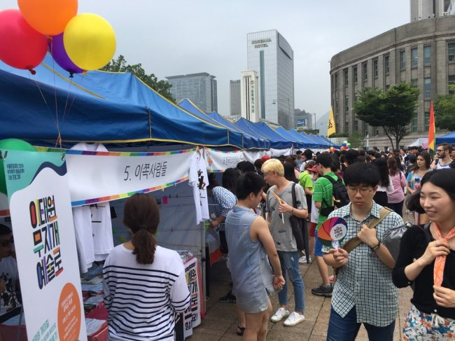 Participants look around the booths set up by human rights organizations, embassies and global companies in support of sexual minorities at the Queer Festival held at Seoul Plaza, central Seoul, Saturday. (Ock Hyun-ju/The Korea Herald)