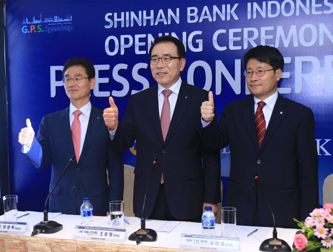 Shinhan Bank CEO Cho Yong-byoung (center) attends an opening ceremony of Shinhan Bank Indonesia on May 16 in Jakarta, Indonesia. (Shinhan Bank)