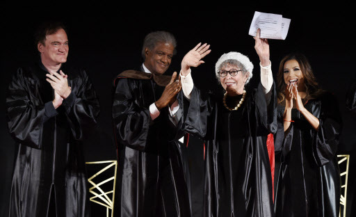 Rita Moreno, second from right, waves to the crowd as, from left, Quentin Tarantino and Elvis Mitchell and Eva Longoria, right, applaud during the 2016 AFI Conservatory Commencement at the TCL Chinese Theatre in Los Angeles on Wednesday. (AP-Yonhap)