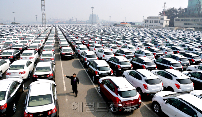 South Korean cars are waiting to be shipped overseas. Herald Business
